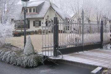 Klassieke toegangspoort in de sneeuw